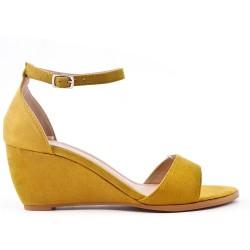 Sandale jaune compensée en simili daim
