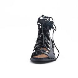 Sandalia plana de piel sintética negra con encaje