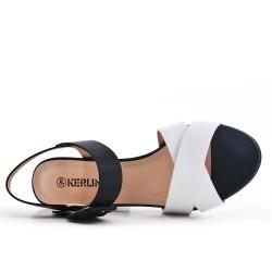 Sandalia de piel sintética blanca con hebilla