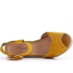Sandale compensée jaune en simili daim