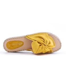Claquette en simili daim jaune à nœud