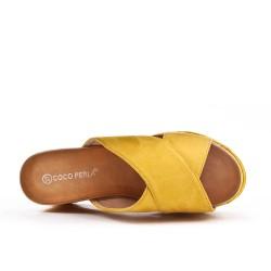 Mule jaune en simili daim avec plateforme