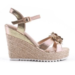 Golden wedge sandal with flower