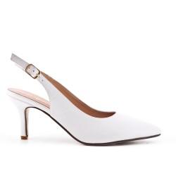 Zapatillas blanco puntiagudas en simil piel con tacones pequeños