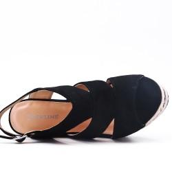 Sandalia negra en gamuza sintética con tacón de cuña
