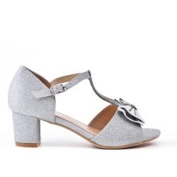 Sandalia niña plata con tacones pequeños.