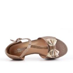 Sandalia niña oro con tacones pequeños.