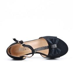 Sandalia niña negra con tacones pequeños.