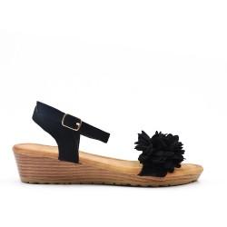 Sandalia cuña negra con flores.