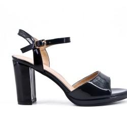 Sandalia negra en barniz