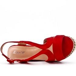 Sandale compensée rouge en simili daim