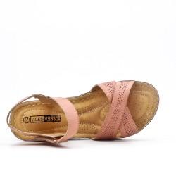 Sandalia rosa con cuña pequeña.