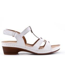 Sandalia blanca con tacones pequeños