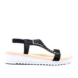 Sandalia negra con perlas