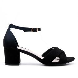 Sandalia negra con tacón cuadrado pequeño