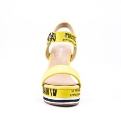 Sandalia cuña amarillo en piel sintética
